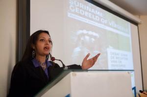 Astrid Boedhoe, keynote speaker. Astrid toonde goed gedocumenteerd aan dat de rechten van inheemse volken internationaal al erkend zijn en dat Suriname zich aan deze verplichtingen moet houden