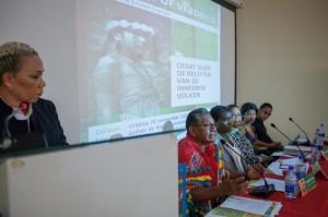Karin Refos (links) was de moderator van het debat. Het panel bestond uit 5 leden; van links naar rechts: Richardo Pane (dorpshoofd van Christiaankondre, Galibi), Ine Apapoe (docente aan de studierichting Public Administration; zij sprak over de traditionele bestuurssystemen van inheemsen en marrons, Margo Waterval (docente mensenrechten aan de studierichting Rechten; die eveneens aangaf dat inheemse rechten nu eindelijk erkend moeten worden in Suriname), Michal Ramdas (studente rechten in afstudeerfase) en Emanuel Scheek (studentenvertegenwoordiger in het bestuur van de Universiteit). Beide studenten hamerden op meer bekendheid en bewustwording over de rechten van inheemse volken
