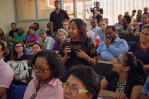 Een studente uit haar mening. Diverse sprekers benadrukten dat alle bevolkingsgroepen solidair moeten zijn met de inheemsen. Er worden concessies uitgegeven en de natuur gaat achteruit. Uiteindelijk wordt de hele samenleving daarvan de dupe